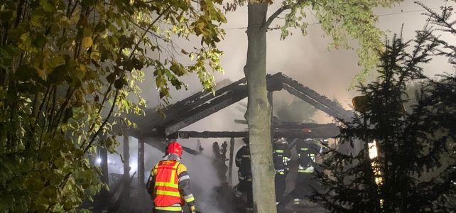 Gartenhütte in Vollbrand